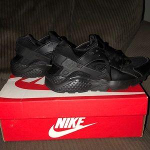 US size 7y all black Nike huaraches.